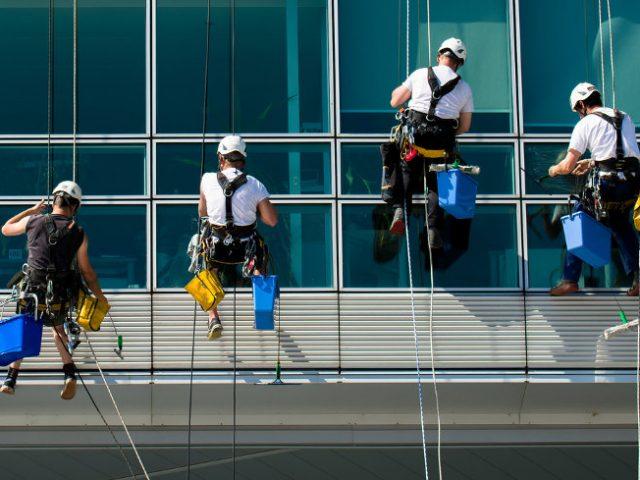 Los beneficios definitivos de contratar especialistas en limpieza de vidrios en altura